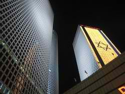 Azrieli_Tower_and_Flag